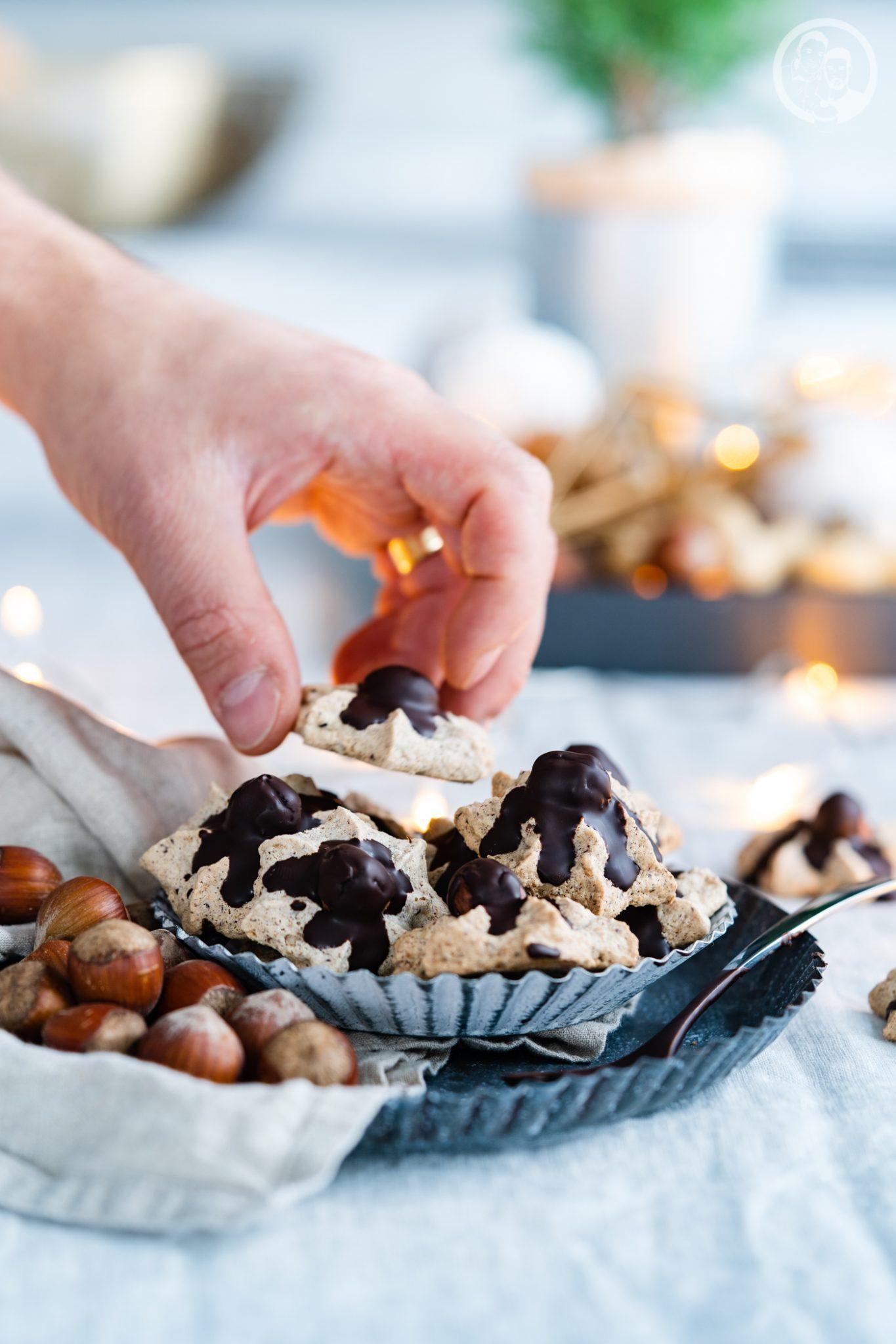 Haselnussmakronen 3 | Wir haben ja schon so einige Weihnachtsplätzchen und andere Gebäcke auf dem Blog, die wir in den letzten Jahren gebacken haben. Einige davon sind Familienrezepte, die wir schon aus der Kindheit kannten. Daher zeigen wir euch heute unser Familienrezept für Haselnussmakrönchen.