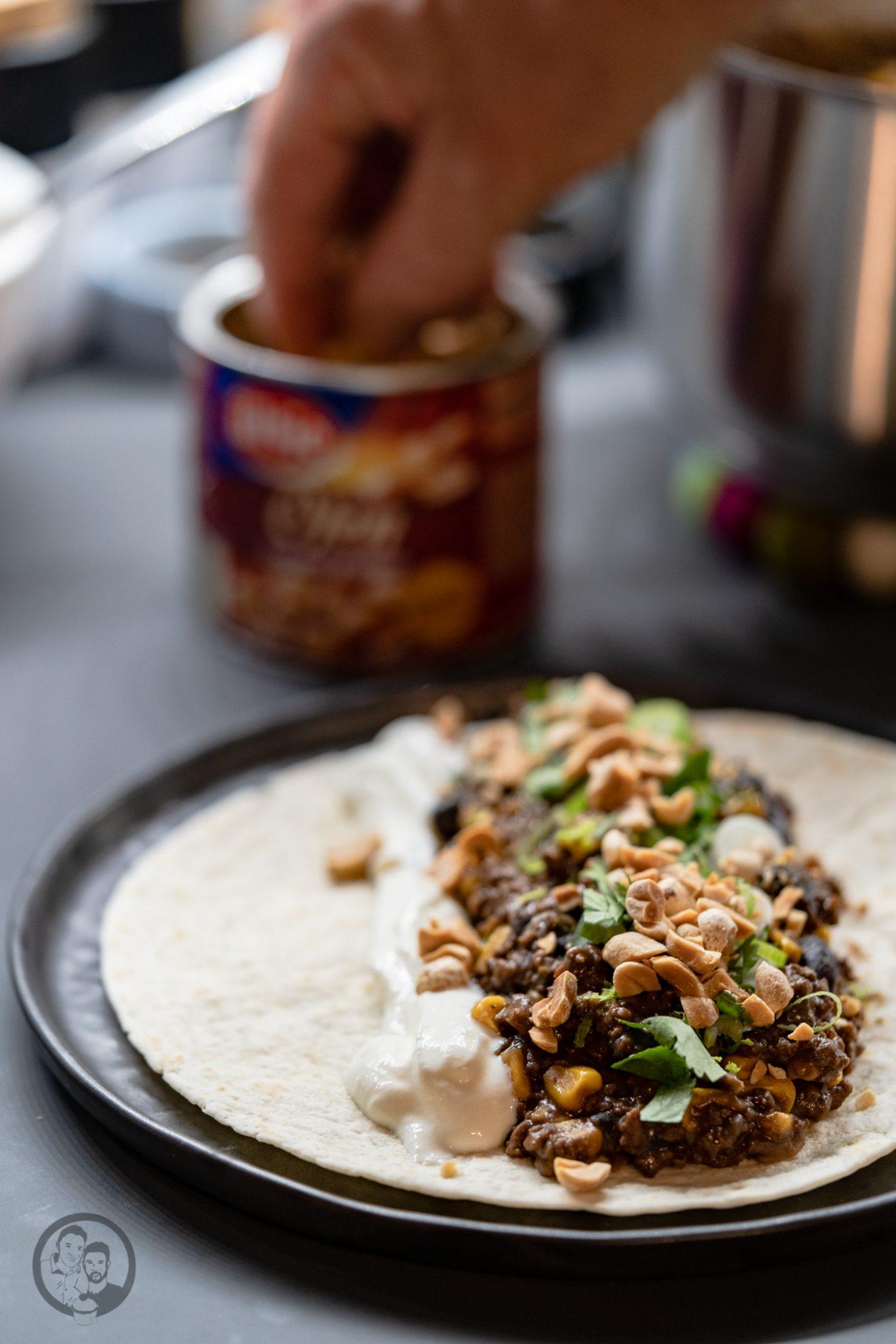 burrito %C3%BCltje 1 | Mittagessen, Partyfood oder ein Snack für zwischendurch. Das Rezept, das wir euch heute mitgebracht haben, ist sowas von vielfältig einsatzbereit, dass wir noch mehr aufzählen könnten. Burritos mit Rindfleischmole und ültje Erdnüssen ist eines dieser Rezepte, das wir aus mehreren Gründen lieben. Warum?