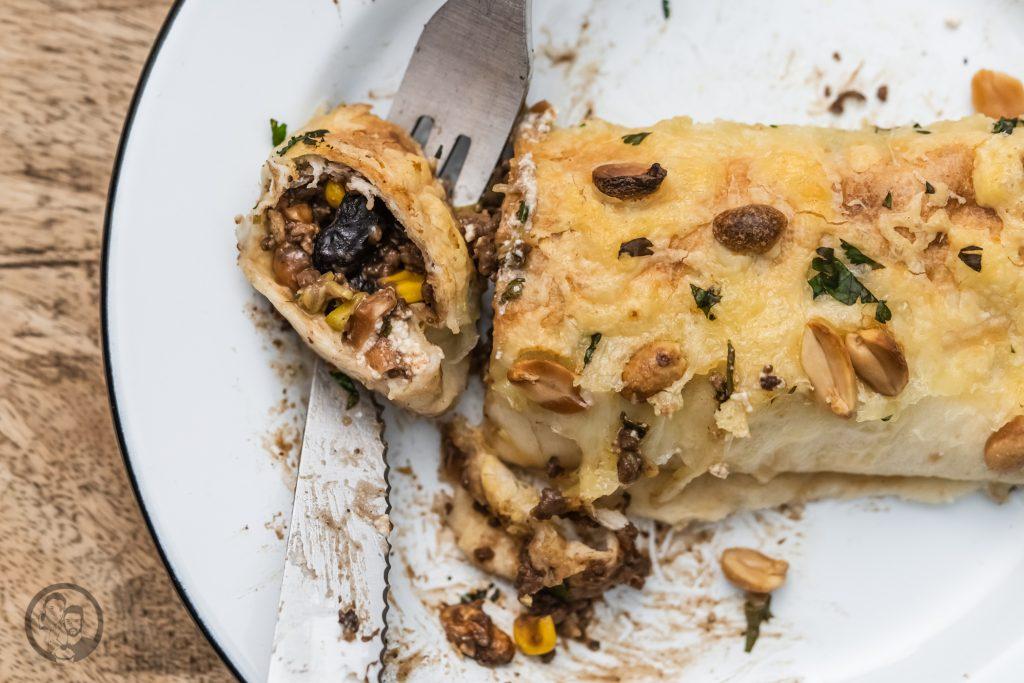 burrito ültje 12 | Wir zelebrieren den Tag der Erdnuss! Was darf bei einer ordentlichen Party nie fehlen? Eine standesgemäße Torte natürlich - in diesem Fall eine Apfel-Erdnuss-Torte. Gemeinsam mit unserem Partnerültjeladen wir euch ein, mitzufeiern, denn die Erdnuss ist jede Party wert. Die Erdnuss gepaart mit Apfel gibt eine wunderbar fruchtige Kombination, die mit einem italienischen Biskuit und einer leichten Buttercreme einfach unwiderstehlich lecker ist.
