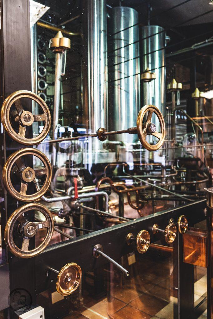 Brennerei Ziegler 11 | Torsten und ich haben in den letzten Jahren eine waschechte Sammelleidenschaft für Hochprozentiges entwickelt. Während Torsten ein ganz großer Fan von Whisky und Bränden verschiedenster Art ist, liegt bei mir der Fokus auf Rum und Gin. Umso mehr haben wir uns gefreut, dass wir Anfang Dezember eine der besten Brennereien Deutschlands besuchen durften - die Brennerei Ziegler! Da wir als Dankeschön auch etwas Leckeres mitbringen wollten, hatten wir eine Kiste Pralinen mit Schuss im Gepäck. Natürlich mit einem grandiosen Brand, Likör und Geist von der Brennerei Ziegler.
