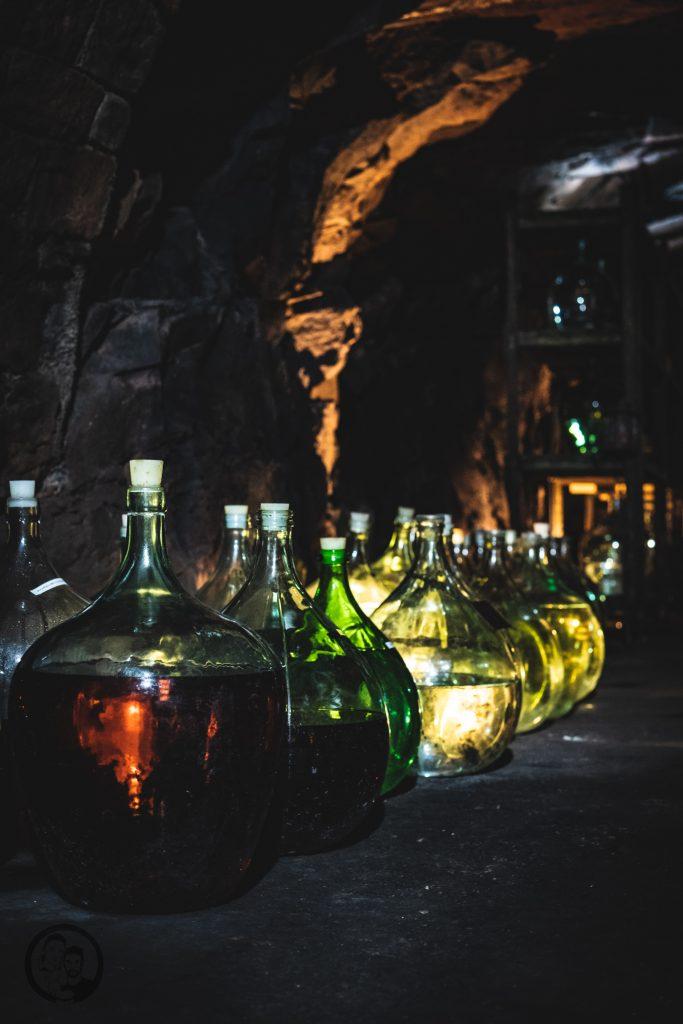 Brennerei Ziegler 17 | Torsten und ich haben in den letzten Jahren eine waschechte Sammelleidenschaft für Hochprozentiges entwickelt. Während Torsten ein ganz großer Fan von Whisky und Bränden verschiedenster Art ist, liegt bei mir der Fokus auf Rum und Gin. Umso mehr haben wir uns gefreut, dass wir Anfang Dezember eine der besten Brennereien Deutschlands besuchen durften - die Brennerei Ziegler! Da wir als Dankeschön auch etwas Leckeres mitbringen wollten, hatten wir eine Kiste Pralinen mit Schuss im Gepäck. Natürlich mit einem grandiosen Brand, Likör und Geist von der Brennerei Ziegler.