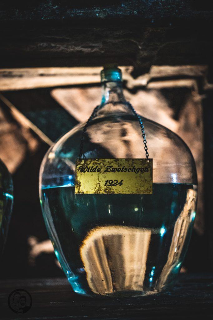 Brennerei Ziegler 18 | Torsten und ich haben in den letzten Jahren eine waschechte Sammelleidenschaft für Hochprozentiges entwickelt. Während Torsten ein ganz großer Fan von Whisky und Bränden verschiedenster Art ist, liegt bei mir der Fokus auf Rum und Gin. Umso mehr haben wir uns gefreut, dass wir Anfang Dezember eine der besten Brennereien Deutschlands besuchen durften - die Brennerei Ziegler! Da wir als Dankeschön auch etwas Leckeres mitbringen wollten, hatten wir eine Kiste Pralinen mit Schuss im Gepäck. Natürlich mit einem grandiosen Brand, Likör und Geist von der Brennerei Ziegler.