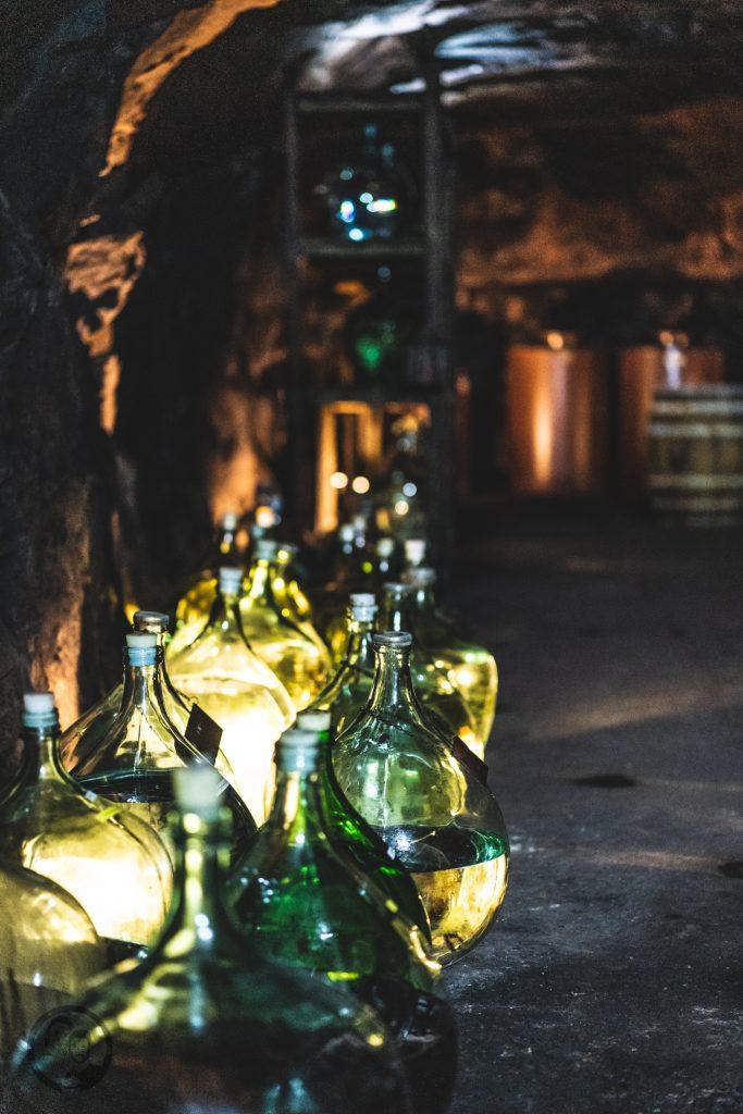 Brennerei Ziegler 20 | Torsten und ich haben in den letzten Jahren eine waschechte Sammelleidenschaft für Hochprozentiges entwickelt. Während Torsten ein ganz großer Fan von Whisky und Bränden verschiedenster Art ist, liegt bei mir der Fokus auf Rum und Gin. Umso mehr haben wir uns gefreut, dass wir Anfang Dezember eine der besten Brennereien Deutschlands besuchen durften - die Brennerei Ziegler! Da wir als Dankeschön auch etwas Leckeres mitbringen wollten, hatten wir eine Kiste Pralinen mit Schuss im Gepäck. Natürlich mit einem grandiosen Brand, Likör und Geist von der Brennerei Ziegler.