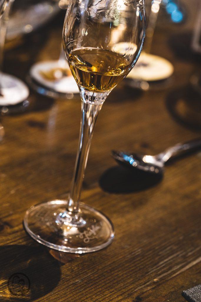 Brennerei Ziegler 36 | Torsten und ich haben in den letzten Jahren eine waschechte Sammelleidenschaft für Hochprozentiges entwickelt. Während Torsten ein ganz großer Fan von Whisky und Bränden verschiedenster Art ist, liegt bei mir der Fokus auf Rum und Gin. Umso mehr haben wir uns gefreut, dass wir Anfang Dezember eine der besten Brennereien Deutschlands besuchen durften - die Brennerei Ziegler! Da wir als Dankeschön auch etwas Leckeres mitbringen wollten, hatten wir eine Kiste Pralinen mit Schuss im Gepäck. Natürlich mit einem grandiosen Brand, Likör und Geist von der Brennerei Ziegler.