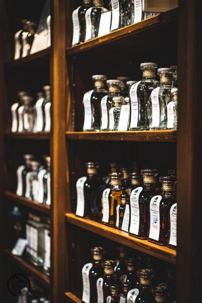Brennerei Ziegler 47 | Torsten und ich haben in den letzten Jahren eine waschechte Sammelleidenschaft für Hochprozentiges entwickelt. Während Torsten ein ganz großer Fan von Whisky und Bränden verschiedenster Art ist, liegt bei mir der Fokus auf Rum und Gin. Umso mehr haben wir uns gefreut, dass wir Anfang Dezember eine der besten Brennereien Deutschlands besuchen durften - die Brennerei Ziegler! Da wir als Dankeschön auch etwas Leckeres mitbringen wollten, hatten wir eine Kiste Pralinen mit Schuss im Gepäck. Natürlich mit einem grandiosen Brand, Likör und Geist von der Brennerei Ziegler.