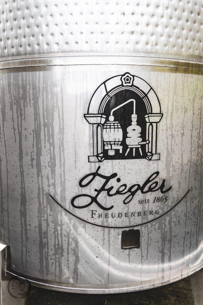 Brennerei Ziegler 5 | Torsten und ich haben in den letzten Jahren eine waschechte Sammelleidenschaft für Hochprozentiges entwickelt. Während Torsten ein ganz großer Fan von Whisky und Bränden verschiedenster Art ist, liegt bei mir der Fokus auf Rum und Gin. Umso mehr haben wir uns gefreut, dass wir Anfang Dezember eine der besten Brennereien Deutschlands besuchen durften - die Brennerei Ziegler! Da wir als Dankeschön auch etwas Leckeres mitbringen wollten, hatten wir eine Kiste Pralinen mit Schuss im Gepäck. Natürlich mit einem grandiosen Brand, Likör und Geist von der Brennerei Ziegler.