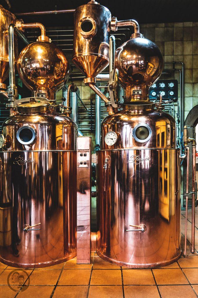 Brennerei Ziegler 7 | Torsten und ich haben in den letzten Jahren eine waschechte Sammelleidenschaft für Hochprozentiges entwickelt. Während Torsten ein ganz großer Fan von Whisky und Bränden verschiedenster Art ist, liegt bei mir der Fokus auf Rum und Gin. Umso mehr haben wir uns gefreut, dass wir Anfang Dezember eine der besten Brennereien Deutschlands besuchen durften - die Brennerei Ziegler! Da wir als Dankeschön auch etwas Leckeres mitbringen wollten, hatten wir eine Kiste Pralinen mit Schuss im Gepäck. Natürlich mit einem grandiosen Brand, Likör und Geist von der Brennerei Ziegler.