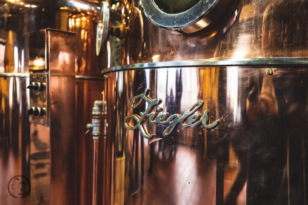 Brennerei Ziegler 9 | Torsten und ich haben in den letzten Jahren eine waschechte Sammelleidenschaft für Hochprozentiges entwickelt. Während Torsten ein ganz großer Fan von Whisky und Bränden verschiedenster Art ist, liegt bei mir der Fokus auf Rum und Gin. Umso mehr haben wir uns gefreut, dass wir Anfang Dezember eine der besten Brennereien Deutschlands besuchen durften - die Brennerei Ziegler! Da wir als Dankeschön auch etwas Leckeres mitbringen wollten, hatten wir eine Kiste Pralinen mit Schuss im Gepäck. Natürlich mit einem grandiosen Brand, Likör und Geist von der Brennerei Ziegler.