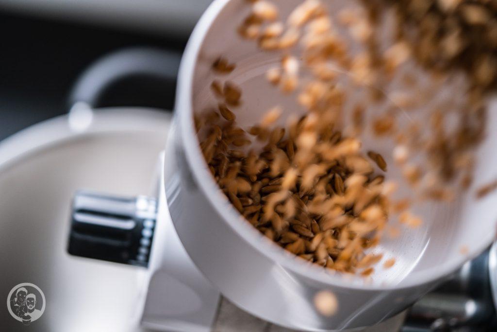 Kenwood Getreidem%C3%BChle 8 | Wir wissen ja nicht, wie es euch geht, aber wir fallen nach Weihnachten gerne mal in einen Kaufrausch und beschenken uns einfach selbst. Da ist auch immer eine Menge an neuen Küchengadgets dabei. Vielleicht ist unser heutiger Testbericht da genau das Richtige für euch. Denn wir haben uns die Getreidemühlen für die Kenwood Küchenmaschinen genauer angeschaut.