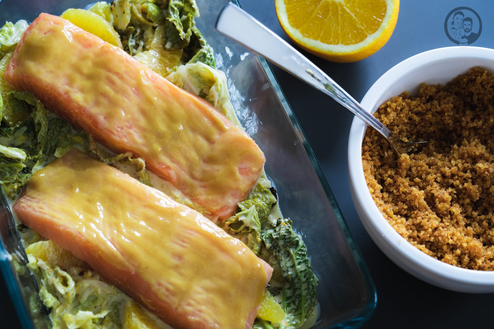 Lachs mit Lebkuchenkruste 2 | Wenn es um Fisch oder Meeresfrüchte geht, sind wir beide ja immer mit dabei. Wir mögen so gut wie jede Zubereitungsart. Ob gedämpft, gegrillt oder im Ofen gebacken. Daher freuen wir uns immer wieder sehr darüber, wenn wir ein neues Fischrezept vorstellen können. Heute geht es bei uns um ein leckeres Lachsfilet.