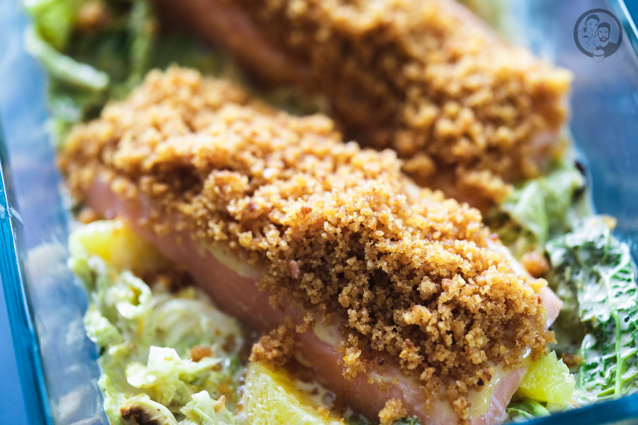 Lachs mit Lebkuchenkruste 4 | Wenn es um Fisch oder Meeresfrüchte geht, sind wir beide ja immer mit dabei. Wir mögen so gut wie jede Zubereitungsart. Ob gedämpft, gegrillt oder im Ofen gebacken. Daher freuen wir uns immer wieder sehr darüber, wenn wir ein neues Fischrezept vorstellen können. Heute geht es bei uns um ein leckeres Lachsfilet.