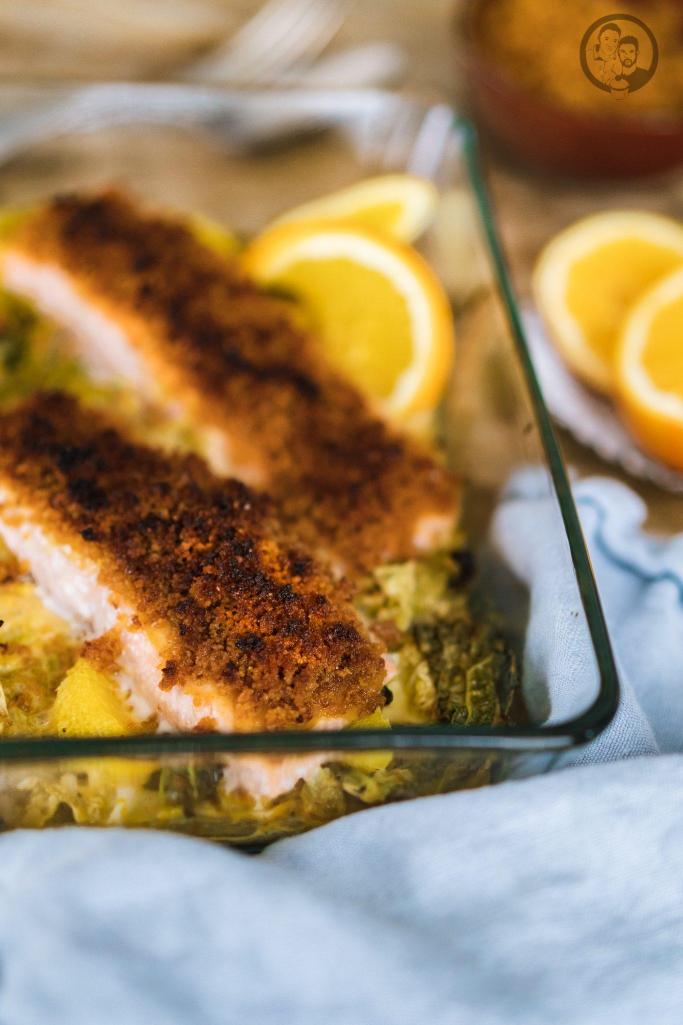 Lachs mit Lebkuchenkruste 7 | Wenn es um Fisch oder Meeresfrüchte geht, sind wir beide ja immer mit dabei. Wir mögen so gut wie jede Zubereitungsart. Ob gedämpft, gegrillt oder im Ofen gebacken. Daher freuen wir uns immer wieder sehr darüber, wenn wir ein neues Fischrezept vorstellen können. Heute geht es bei uns um ein leckeres Lachsfilet.