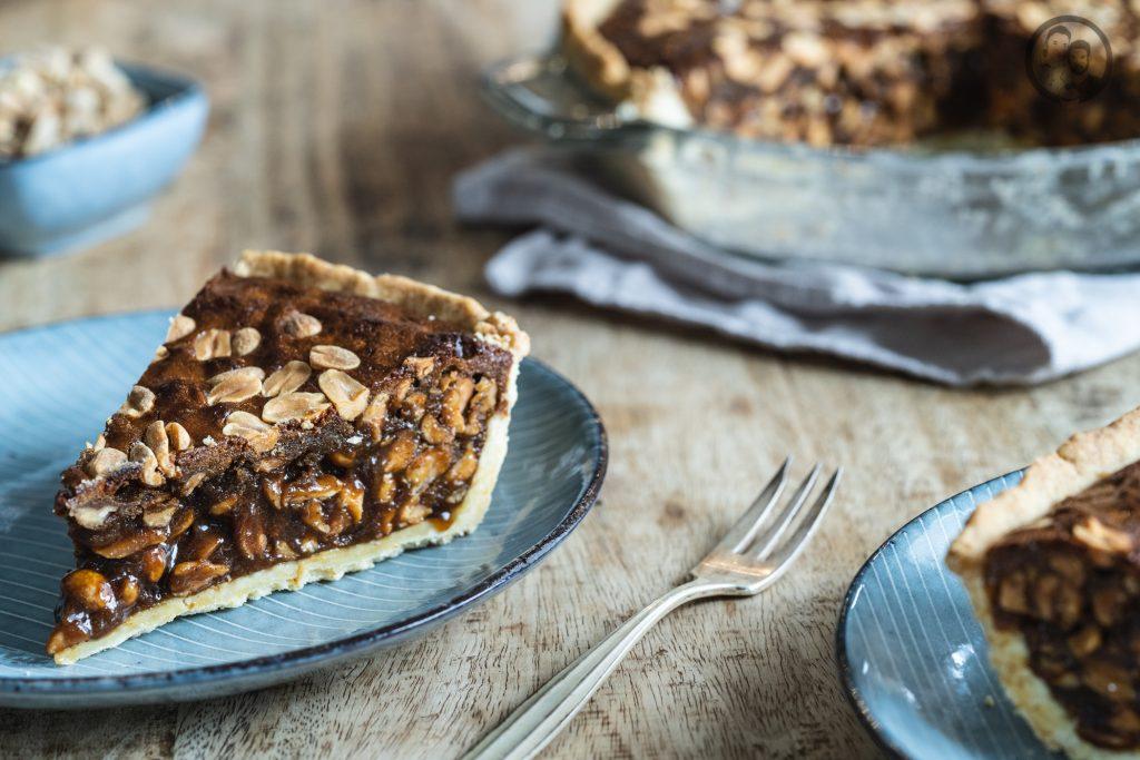 Peanut Pie 4 | Wir zelebrieren den Tag der Erdnuss! Was darf bei einer ordentlichen Party nie fehlen? Eine standesgemäße Torte natürlich - in diesem Fall eine Apfel-Erdnuss-Torte. Gemeinsam mit unserem Partnerültjeladen wir euch ein, mitzufeiern, denn die Erdnuss ist jede Party wert. Die Erdnuss gepaart mit Apfel gibt eine wunderbar fruchtige Kombination, die mit einem italienischen Biskuit und einer leichten Buttercreme einfach unwiderstehlich lecker ist.