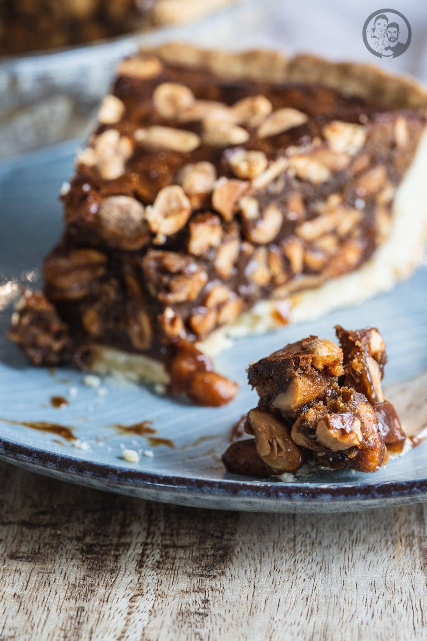 Peanut Pie 7 | Heute ist es wieder soweit und bei uns steht die Erdnuss im Mittelpunkt! Gemeinsam mit ültje haben wir euch schon so einige leckere herzhafte Gerichte mit Erdnüssen gezeigt. Zuletzt unsere unglaublich leckerenBurritos. Aber nun kurz vor Weihnachten, dachten wir uns, dass es jetzt auch mal süß und üppig zugehen darf. So entstand die Idee eines Peanut Pie!