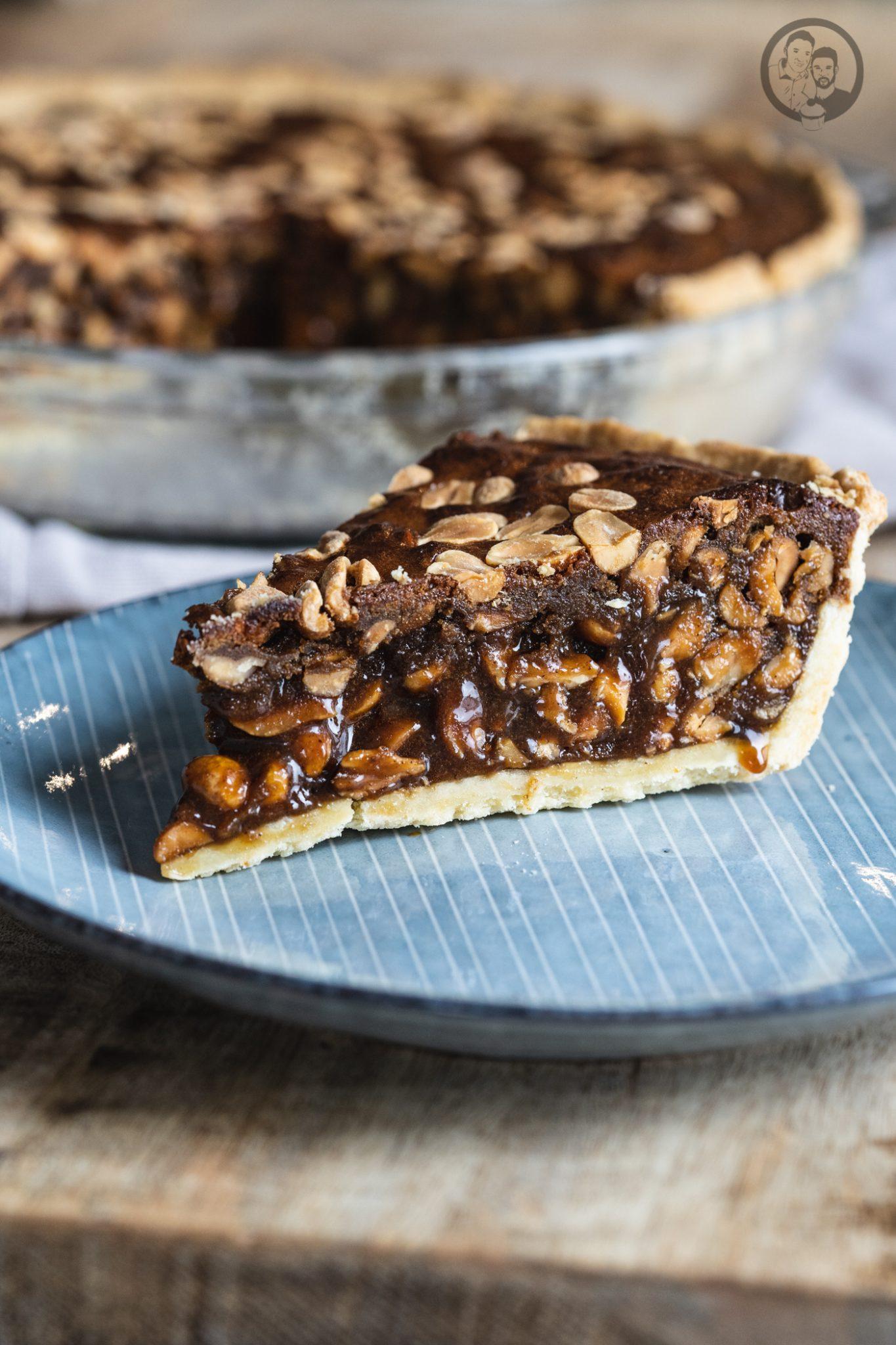 Peanut Pie 8 | Heute ist es wieder soweit und bei uns steht die Erdnuss im Mittelpunkt! Gemeinsam mit ültje haben wir euch schon so einige leckere herzhafte Gerichte mit Erdnüssen gezeigt. Zuletzt unsere unglaublich leckerenBurritos. Aber nun kurz vor Weihnachten, dachten wir uns, dass es jetzt auch mal süß und üppig zugehen darf. So entstand die Idee eines Peanut Pie!