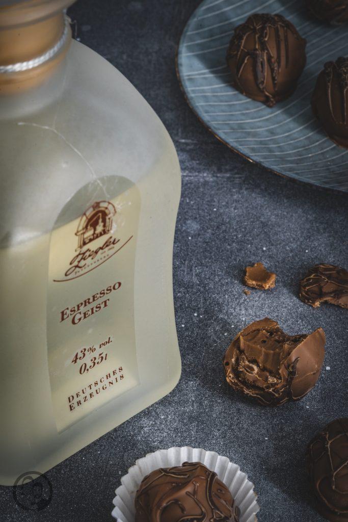 Pralinen Ziegler 3 | Torsten und ich haben in den letzten Jahren eine waschechte Sammelleidenschaft für Hochprozentiges entwickelt. Während Torsten ein ganz großer Fan von Whisky und Bränden verschiedenster Art ist, liegt bei mir der Fokus auf Rum und Gin. Umso mehr haben wir uns gefreut, dass wir Anfang Dezember eine der besten Brennereien Deutschlands besuchen durften - die Brennerei Ziegler! Da wir als Dankeschön auch etwas Leckeres mitbringen wollten, hatten wir eine Kiste Pralinen mit Schuss im Gepäck. Natürlich mit einem grandiosen Brand, Likör und Geist von der Brennerei Ziegler.