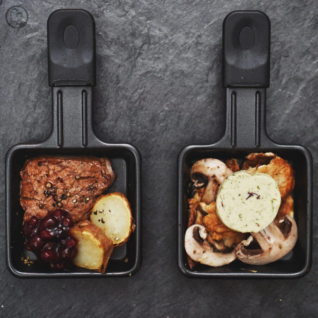 RACLETTE mW 1 | Alle Jahre wiederheißt es auch bei uns Raclette-Zeit! In den meisten Familien ist das gemeinsame Raclette-Essen Tradition. Ob nun an Weihnachen oder auch anSilvester ... bei uns sogar gerne auch mal an beiden Festen. Aberwie das so oft der Fall ist, kann diese Tradition dazu verleiten, immer wieder das gleiche aus dem Pfännchen zu zaubern. Daher haben wir unsere vier ultimativen Raclettepfännchen für euch gesammelt.