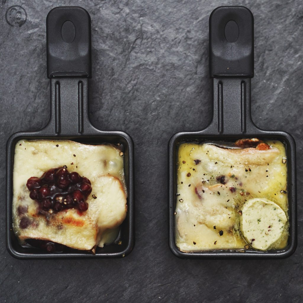 RACLETTE mW 2 | Alle Jahre wiederheißt es auch bei uns Raclette-Zeit! In den meisten Familien ist das gemeinsame Raclette-Essen Tradition. Ob nun an Weihnachen oder auch anSilvester ... bei uns sogar gerne auch mal an beiden Festen. Aberwie das so oft der Fall ist, kann diese Tradition dazu verleiten, immer wieder das gleiche aus dem Pfännchen zu zaubern. Daher haben wir unsere vier ultimativen Raclettepfännchen für euch gesammelt.