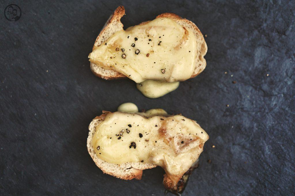 RACLETTE mW 6 | Alle Jahre wiederheißt es auch bei uns Raclette-Zeit! In den meisten Familien ist das gemeinsame Raclette-Essen Tradition. Ob nun an Weihnachen oder auch anSilvester ... bei uns sogar gerne auch mal an beiden Festen. Aberwie das so oft der Fall ist, kann diese Tradition dazu verleiten, immer wieder das gleiche aus dem Pfännchen zu zaubern. Daher haben wir unsere vier ultimativen Raclettepfännchen für euch gesammelt.