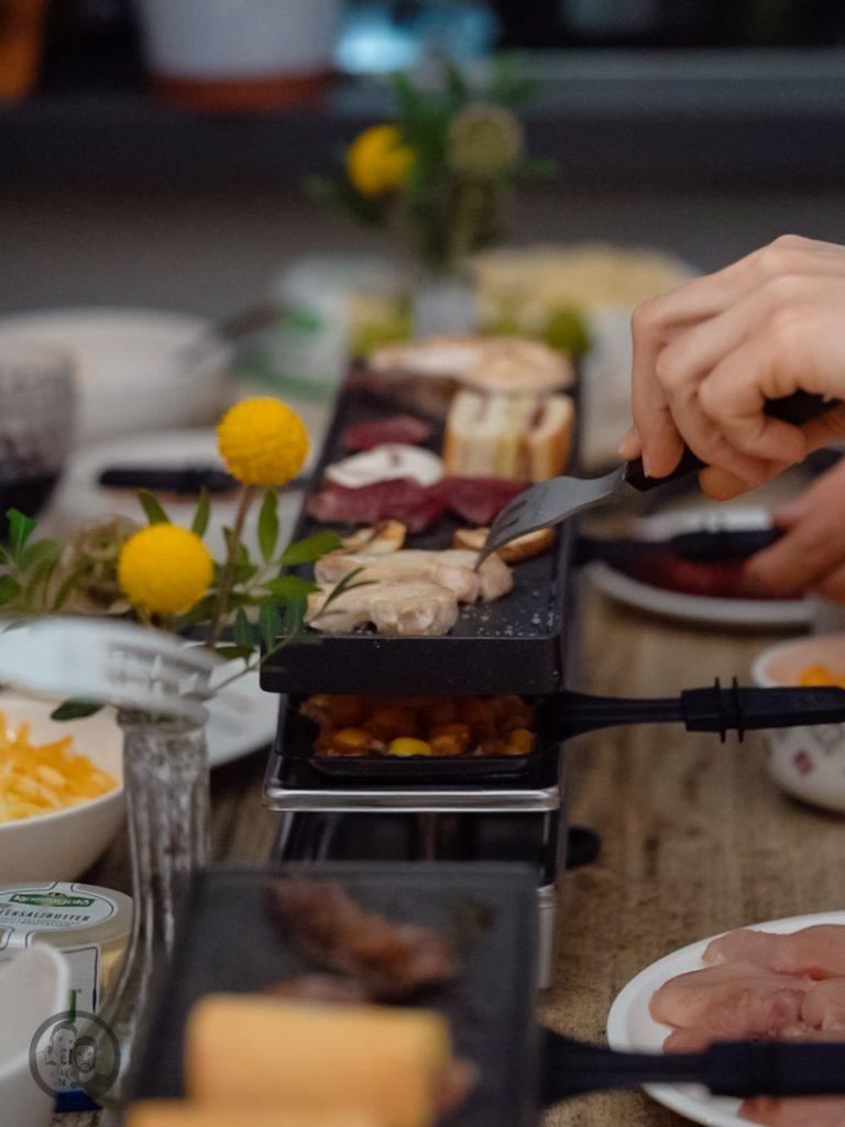 Raclette Kerrygold 3 | Wir lieben Raclette!!!!! Das erst mal vorab. Und eigentlich ist es eine Schande, dass wir uns immer nur zum Ende des Jahres mit Freunden und Familien an den Tisch setzen, um Raclette zu genießen. Da bei uns, wenn es um geschmolzenen Käse geht, kein Weg am Cheddar vorbei geht, wurde es höchste Zeit, Cheddar und Raclette zusammenzubringen. Herausgekommen sind zwei unverschämt leckere Pfännchen und die Rezepte wollen wir euch natürlich nicht vorenthalten.