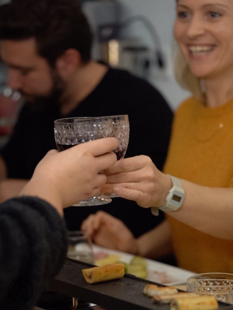 Raclette Kerrygold 4 | Wir lieben Raclette!!!!! Das erst mal vorab. Und eigentlich ist es eine Schande, dass wir uns immer nur zum Ende des Jahres mit Freunden und Familien an den Tisch setzen, um Raclette zu genießen. Da bei uns, wenn es um geschmolzenen Käse geht, kein Weg am Cheddar vorbei geht, wurde es höchste Zeit, Cheddar und Raclette zusammenzubringen. Herausgekommen sind zwei unverschämt leckere Pfännchen und die Rezepte wollen wir euch natürlich nicht vorenthalten.