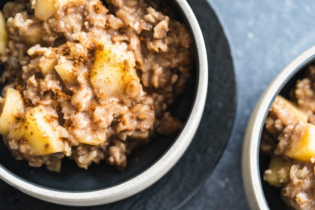 Apfel mandel porridge 4 | Wir beide sind absolute Frühstücksmenschen! Morgens muss bei uns auf jeden Fall etwas Leckeres auf den Tisch. Das muss dann nicht immer super aufwendig sein, ganz besonders unter der Woche. Da die Dezemberwochen nicht so ganz spurlos an uns vorbeigegangen sind, haben wir uns - Achtung Klischee! - den Vorsatz genommen, wieder ordentlich Sport zu machen und auf die Ernährung zu achten. Da ist unser Porridge mit Apfel und Zimt einfach die perfekte Mahlzeit am Morgen.