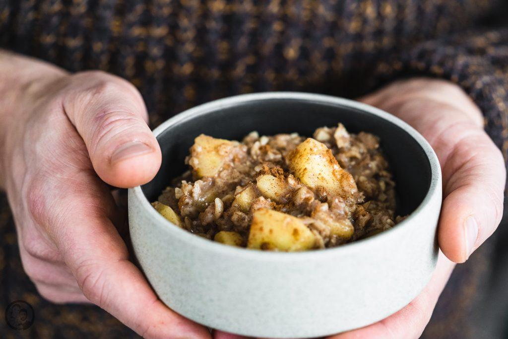 Apfel mandel porridge 6 | Wir beide sind absolute Frühstücksmenschen! Morgens muss bei uns auf jeden Fall etwas Leckeres auf den Tisch. Das muss dann nicht immer super aufwendig sein, ganz besonders unter der Woche. Da die Dezemberwochen nicht so ganz spurlos an uns vorbeigegangen sind, haben wir uns - Achtung Klischee! - den Vorsatz genommen, wieder ordentlich Sport zu machen und auf die Ernährung zu achten. Da ist unser Porridge mit Apfel und Zimt einfach die perfekte Mahlzeit am Morgen.