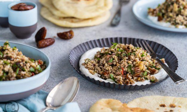 Israelischer Salat mit Datteln & Nüssen