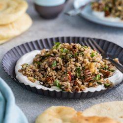 Bulgursalat Israel 2 | Viele von euch werden ja wissen, dass wir letztes Jahr in Israel im Urlaub waren. Eine unglaublich inspirierende Reise. Vor allem auch kulinarisch, daher gibt es heute ein Rezept für -  einen israelisch angehauchten Bulgursalat. Inspiriert dazu hat uns ein Rezept der tollen Köchin Haya Molcho, von der wir große Fans sind. Und heute gibt es die leicht abgewandelte Version von uns - Israelischer Salat mit Datteln und Nüssen. Übrigens auch perfekt nach den Tagen der Völlerei im Dezember.