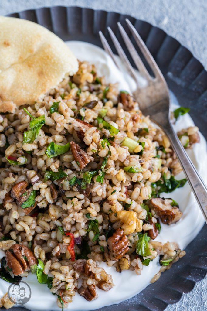 Bulgursalat Israel 3 | Viele von euch werden ja wissen, dass wir letztes Jahr in Israel im Urlaub waren. Eine unglaublich inspirierende Reise. Vor allem auch kulinarisch, daher gibt es heute ein Rezept für -  einen israelisch angehauchten Bulgursalat. Inspiriert dazu hat uns ein Rezept der tollen Köchin Haya Molcho, von der wir große Fans sind. Und heute gibt es die leicht abgewandelte Version von uns - Israelischer Salat mit Datteln und Nüssen. Übrigens auch perfekt nach den Tagen der Völlerei im Dezember.