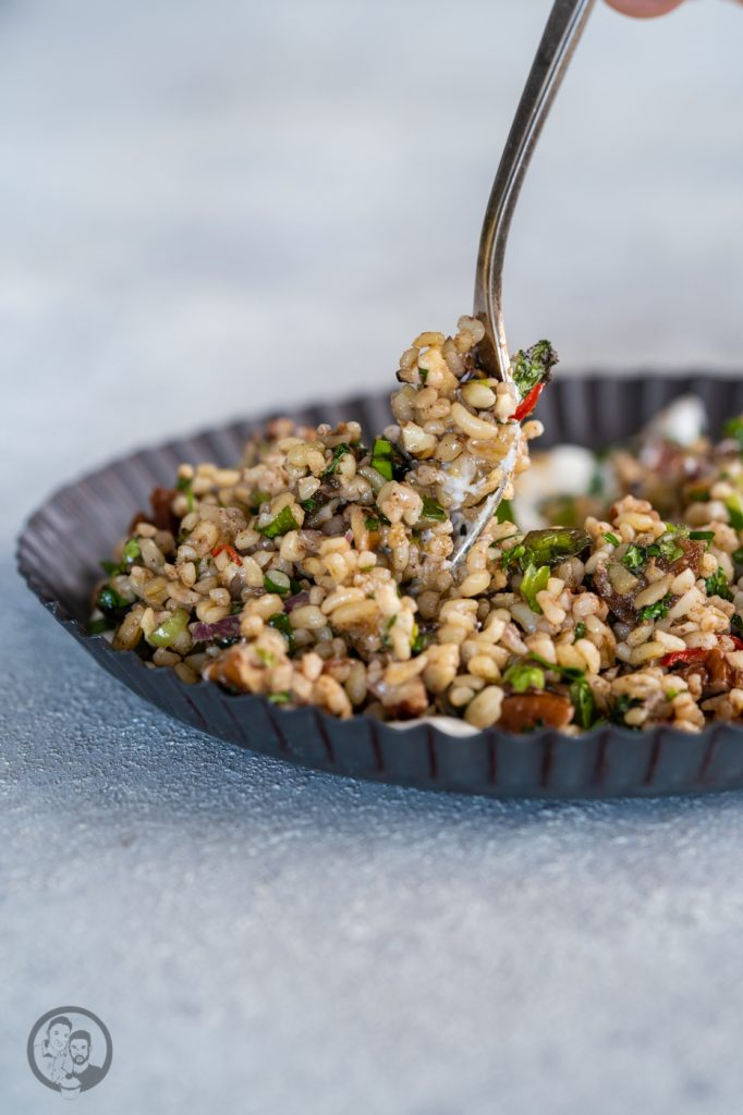 Bulgursalat Israel 7 | Viele von euch werden ja wissen, dass wir letztes Jahr in Israel im Urlaub waren. Eine unglaublich inspirierende Reise. Vor allem auch kulinarisch, daher gibt es heute ein Rezept für -  einen israelisch angehauchten Bulgursalat. Inspiriert dazu hat uns ein Rezept der tollen Köchin Haya Molcho, von der wir große Fans sind. Und heute gibt es die leicht abgewandelte Version von uns - Israelischer Salat mit Datteln und Nüssen. Übrigens auch perfekt nach den Tagen der Völlerei im Dezember.