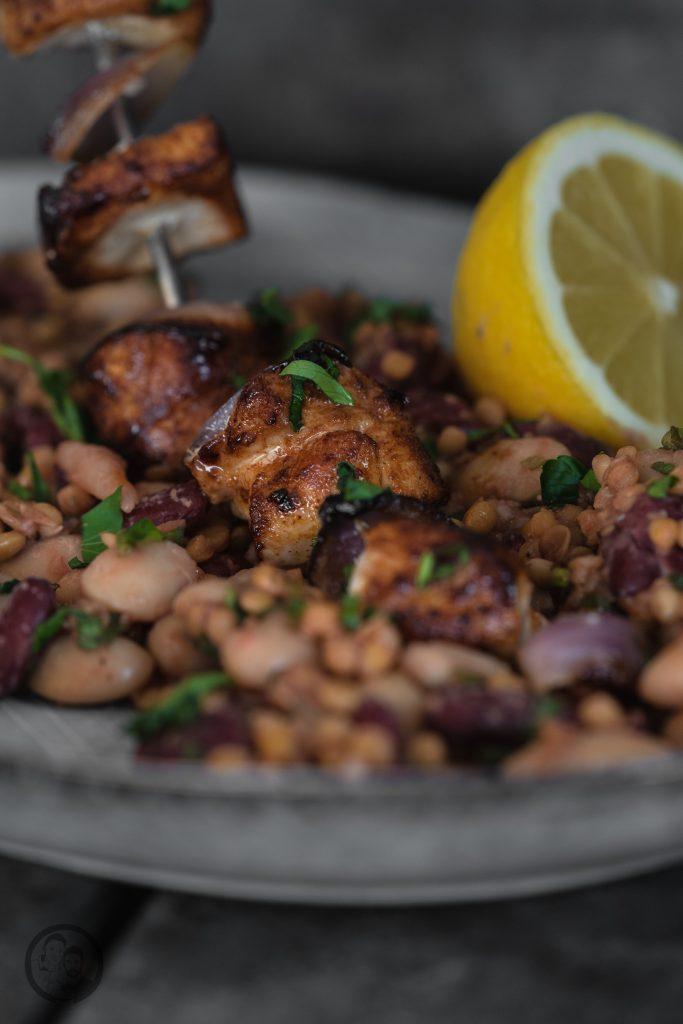Linsen bohnen Hähnchen 3   Es ist Mittwoch und wir haben wieder ein passendes Rezept für die Ernährung, ganz im Sinne der Neujahrsvorsätze. Nach 2 süßen Beiträgen ,wurde es jetzt Zeit für eine schnelle warme Mahlzeit! Gerade nach dem Sport achten wir darauf, eine ordentliche Portion an Eiweiß und Proteinen zu uns zu nehmen. Dazu sind Hülsenfrüchte die beste Unterstützung. Genauso kamen wir auf die Idee für einen leckeren Hähnchenspieß mit Bohnen & Linsen. Der wunderbare Nebeneffekt dabei ist, dass das Ganze extrem gut sättigt.