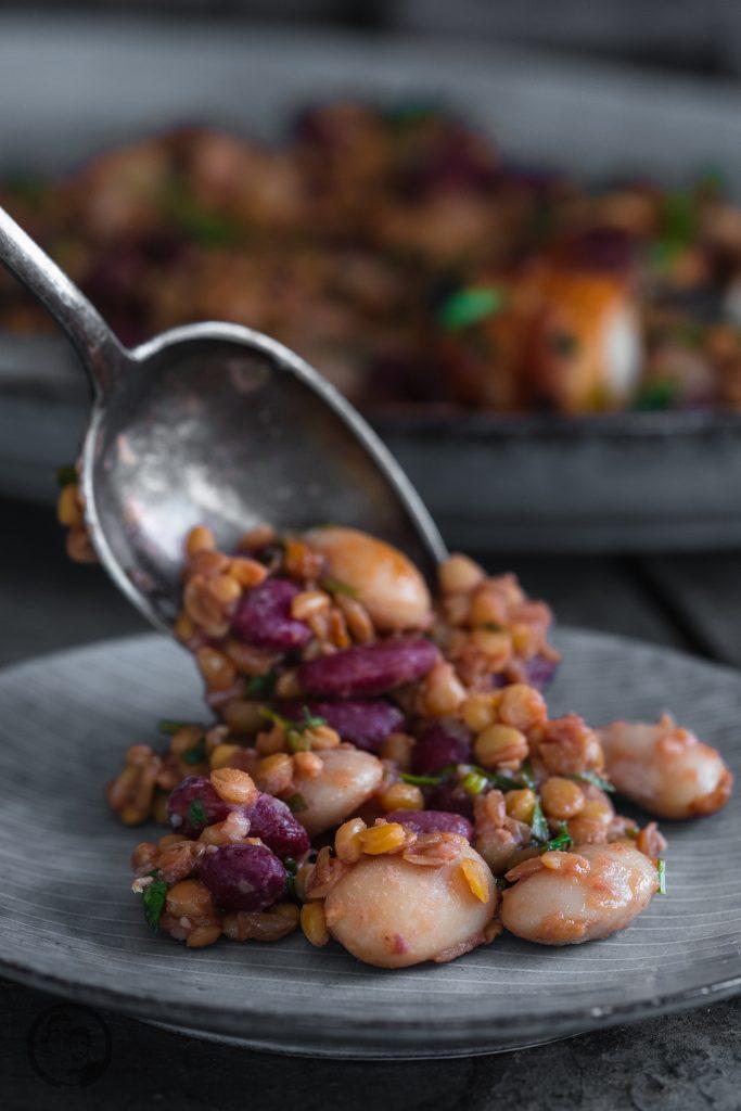 Linsen bohnen Hähnchen 5   Es ist Mittwoch und wir haben wieder ein passendes Rezept für die Ernährung, ganz im Sinne der Neujahrsvorsätze. Nach 2 süßen Beiträgen ,wurde es jetzt Zeit für eine schnelle warme Mahlzeit! Gerade nach dem Sport achten wir darauf, eine ordentliche Portion an Eiweiß und Proteinen zu uns zu nehmen. Dazu sind Hülsenfrüchte die beste Unterstützung. Genauso kamen wir auf die Idee für einen leckeren Hähnchenspieß mit Bohnen & Linsen. Der wunderbare Nebeneffekt dabei ist, dass das Ganze extrem gut sättigt.