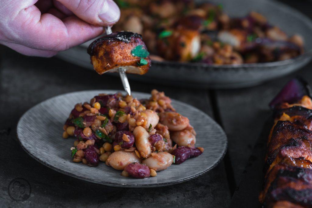 Linsen bohnen Hähnchen 6   Es ist Mittwoch und wir haben wieder ein passendes Rezept für die Ernährung, ganz im Sinne der Neujahrsvorsätze. Nach 2 süßen Beiträgen ,wurde es jetzt Zeit für eine schnelle warme Mahlzeit! Gerade nach dem Sport achten wir darauf, eine ordentliche Portion an Eiweiß und Proteinen zu uns zu nehmen. Dazu sind Hülsenfrüchte die beste Unterstützung. Genauso kamen wir auf die Idee für einen leckeren Hähnchenspieß mit Bohnen & Linsen. Der wunderbare Nebeneffekt dabei ist, dass das Ganze extrem gut sättigt.