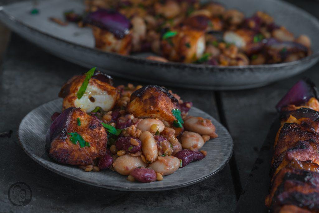 Linsen bohnen Hähnchen 7   Es ist Mittwoch und wir haben wieder ein passendes Rezept für die Ernährung, ganz im Sinne der Neujahrsvorsätze. Nach 2 süßen Beiträgen ,wurde es jetzt Zeit für eine schnelle warme Mahlzeit! Gerade nach dem Sport achten wir darauf, eine ordentliche Portion an Eiweiß und Proteinen zu uns zu nehmen. Dazu sind Hülsenfrüchte die beste Unterstützung. Genauso kamen wir auf die Idee für einen leckeren Hähnchenspieß mit Bohnen & Linsen. Der wunderbare Nebeneffekt dabei ist, dass das Ganze extrem gut sättigt.