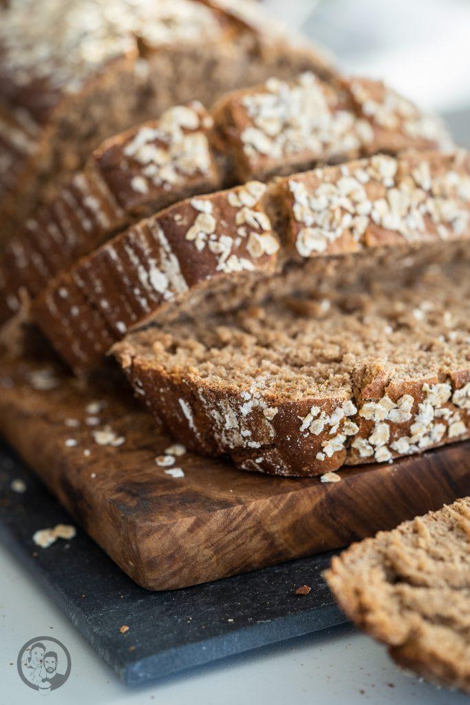 Miele Brot Kombidampfgarer 10 | Das Brotbacken ist ja eine meiner großen Leidenschaften. Das können gerne mal schnelle Brote sein oder auch Brote, deren Teige ein wenig mehr Zuneigung und Aufmerksamkeit bedürfen. Auch die Mehlsorten, die ich dafür verwende, tausche ich gerne mal aus und experimentiere damit herum. Heute gibt es ein Roggen-Dinkelbrot, das wir mit Sauerteig und Hefe angesetzt haben.