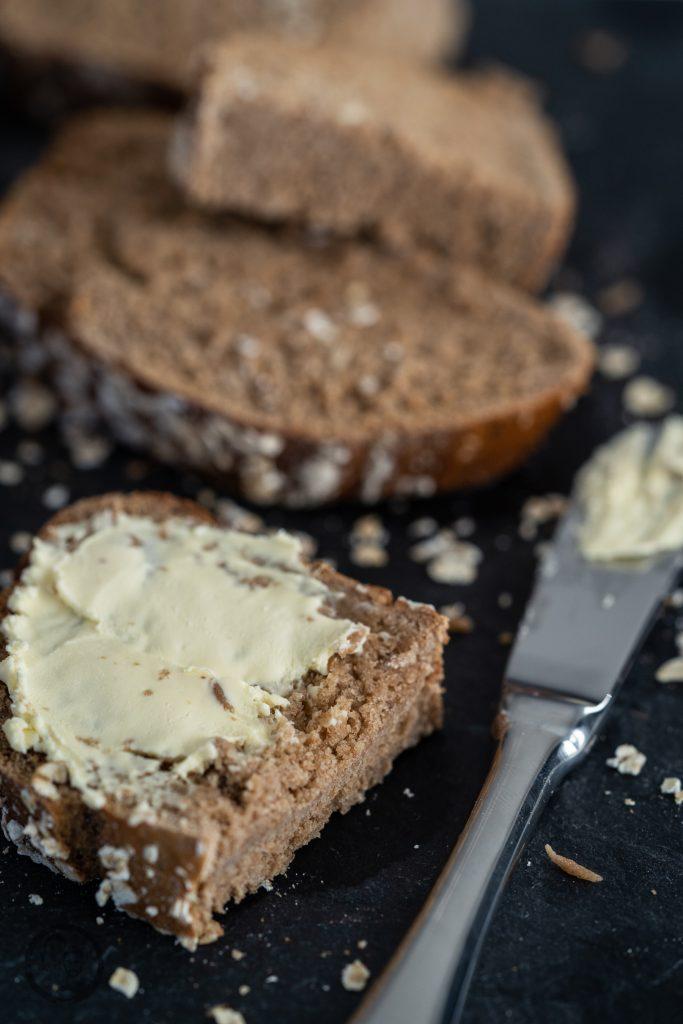 Miele Brot Kombidampfgarer 11 | Das Brotbacken ist ja eine meiner großen Leidenschaften. Das können gerne mal schnelle Brote sein oder auch Brote, deren Teige ein wenig mehr Zuneigung und Aufmerksamkeit bedürfen. Auch die Mehlsorten, die ich dafür verwende, tausche ich gerne mal aus und experimentiere damit herum. Heute gibt es ein Roggen-Dinkelbrot, das wir mit Sauerteig und Hefe angesetzt haben.