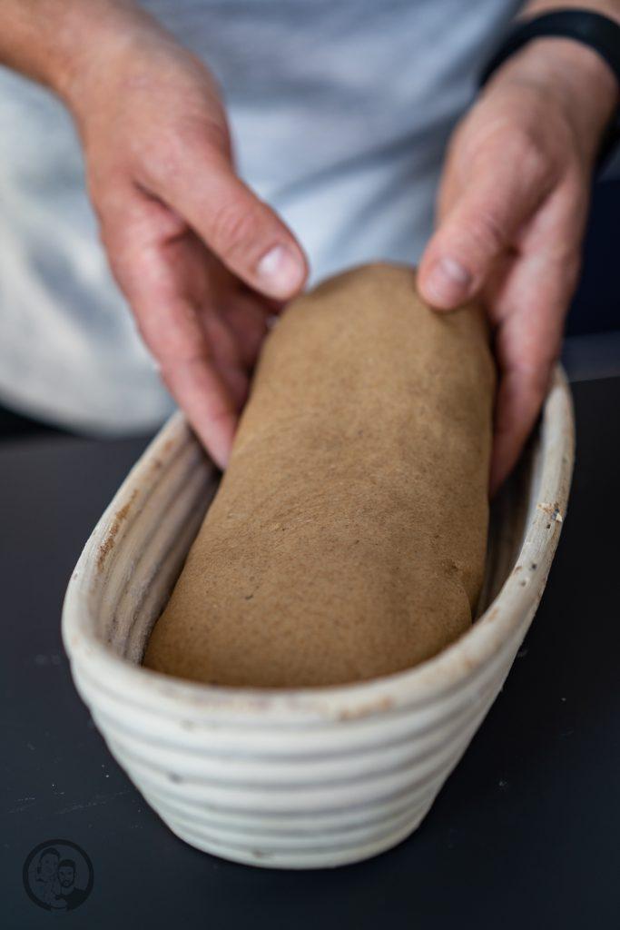 Miele Brot Kombidampfgarer 2 | Das Brotbacken ist ja eine meiner großen Leidenschaften. Das können gerne mal schnelle Brote sein oder auch Brote, deren Teige ein wenig mehr Zuneigung und Aufmerksamkeit bedürfen. Auch die Mehlsorten, die ich dafür verwende, tausche ich gerne mal aus und experimentiere damit herum. Heute gibt es ein Roggen-Dinkelbrot, das wir mit Sauerteig und Hefe angesetzt haben.