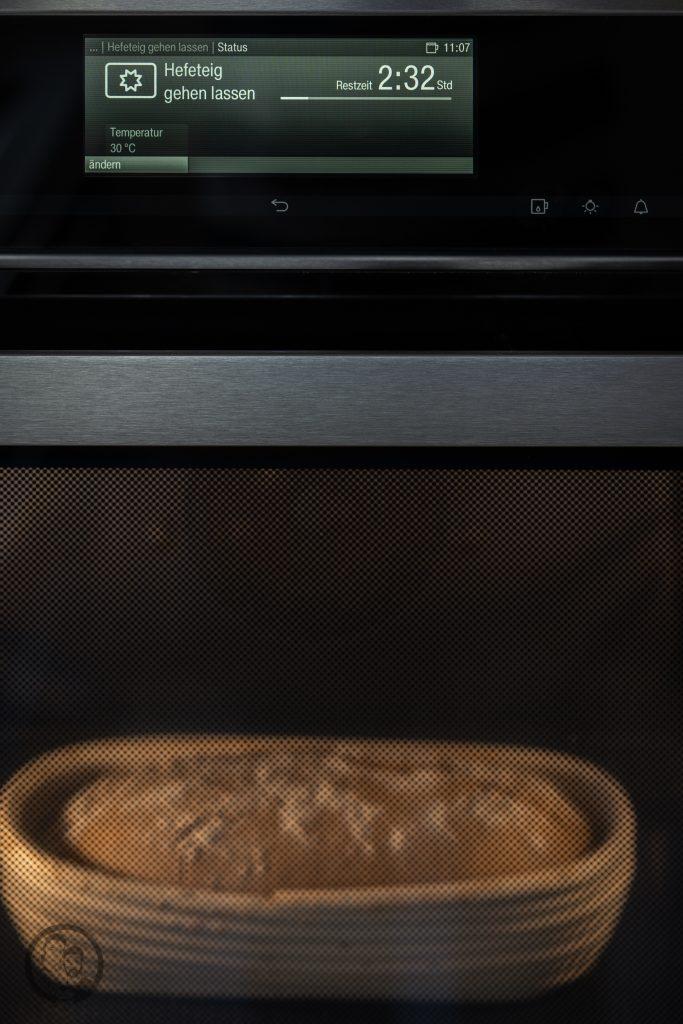 Miele Brot Kombidampfgarer 3 | Das Brotbacken ist ja eine meiner großen Leidenschaften. Das können gerne mal schnelle Brote sein oder auch Brote, deren Teige ein wenig mehr Zuneigung und Aufmerksamkeit bedürfen. Auch die Mehlsorten, die ich dafür verwende, tausche ich gerne mal aus und experimentiere damit herum. Heute gibt es ein Roggen-Dinkelbrot, das wir mit Sauerteig und Hefe angesetzt haben.