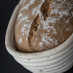 Miele Brot Kombidampfgarer 5 | Das Brotbacken ist ja eine meiner großen Leidenschaften. Das können gerne mal schnelle Brote sein oder auch Brote, deren Teige ein wenig mehr Zuneigung und Aufmerksamkeit bedürfen. Auch die Mehlsorten, die ich dafür verwende, tausche ich gerne mal aus und experimentiere damit herum. Heute gibt es ein Roggen-Dinkelbrot, das wir mit Sauerteig und Hefe angesetzt haben.