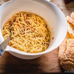 Carbonara Pasta Party VilleroyBoch 5 | So richtig können wir es selbst noch gar nicht glauben, aber DIE JUNGS KOCHEN UND BACKEN ist unglaubliche sieben geworden!! Aber wir lassen jetzt das verflixte 7. Jahr hinter uns und feiern einfach eine verflixt gute Geburtstagswoche. Dazu haben wir ganz wundervolle Bloggerfreunde mit am Start, die alle mit uns feiern werden. Wir haben schon mal im Freundeskreis eine wilde Pasta Party geschmissen und da darf für uns eine richtig gute klassische Spaghetti Carbonara nicht fehlen.