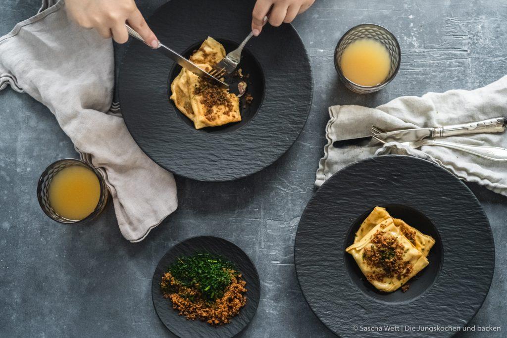 Maultaschen kräuter iglo 14 | Heute haben wir ein Rezept für euch, das traditioneller kaum sein könnte. So gerne wir auch alle Speisen der Welt mögen, hat die deutsche Küche auch so viele tolle Aspekte zu bieten. Man muss sie einfach in einen großen Sack schmeißen, kräftig schütteln und sich überraschen lassen was dabei raus kommt. So kamen wir auf die Idee für diese genialen Sauerkraut-Maultaschen - mit dabei ist außerdem noch Schinken aus dem Schwarzwald und leckere Kräuter von iglo aus dem Münsterland.