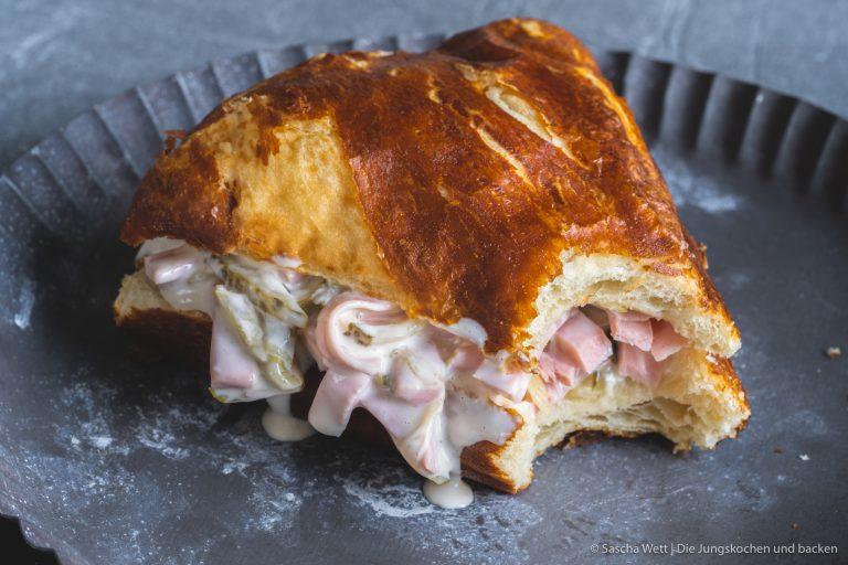 Rezept für Fleischsalat. Ob mit Mayonnaise oder mit Essig und Öl. Wir mögen beide Variationen. Aber diesen hier noch ein wenig mehr. #wievommetzger #fleischwurst #fleischsalat #rezepte #schnellerezepte #mayonaisse