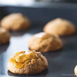 Honig Cashew Cookies kenwood kflex 13 | So schnell verfliegt eine Woche! Wir haben mit unseren Bloggerfreunden unseren Bloggeburtstag ordentlich gefeiert. Wir haben das Fest mit einer Pasta Party eröffnet und nun beenden wir es mit einer unserer liebsten Süßigkeiten. COOKIES - die gehen nämlich einfach immer und man kann so unglaublich kreativ dabei sein. Dieses mal sind es Honig-Cookies mit Cashewkernen geworden und der Honig macht die kleinen Kekse so soft und saftig ... wir lieben sie genau so! Damit ihr unsere Cookies auch noch spielend leicht nach backen könnt, haben wir und Kenwood noch ein Gewinnspiel für euch im Gepäck. So eine Party muss ja auch ein rauschendes Ende finden.