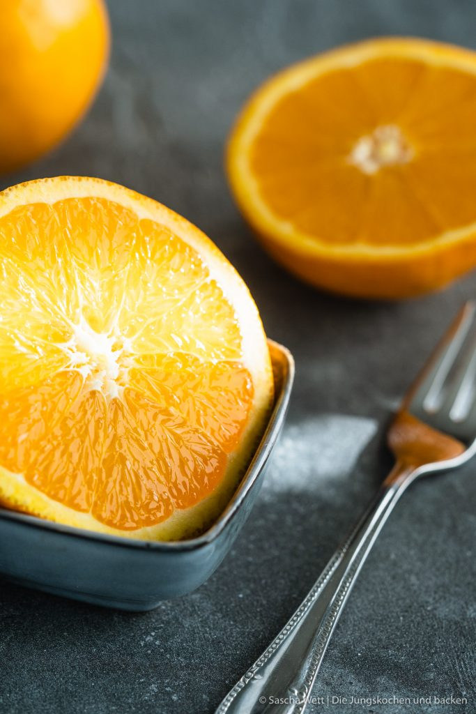 Orangen Mandelkuchen 4   Jetzt sind wir gerade erst ein paar Tage wieder aus unserem kurzen Urlaub auf Gran Canaria zurück in Köln und schon stehen wir wieder in der Küche. In diesem Fall ich alleine. Der Grund dafür ist, dass ich zu Saschas Geburtstag, der genau in unseren Urlaub fiel, natürlich auch einen Geburtstagskuchen für ihn backen musste. Oder eher gesagt, wollte. Bei der Überlegung, was es für einen Kuchen geben wird, gab es verschiedene Punkte, die ich bedenken musste. Am Ende wurde es ein Orangen-Mandelkuchen.