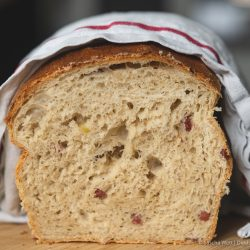 Sauerkraut Dinkelbrot Speck 10 | Letztes Wochenende hatten wir liebe Gäste bei uns zu Hause, mit denen wir gemeinsam gekocht und gebacken haben. Was wir eigentlich immer machen, wenn Besuch ansteht, ist irgendwas Leckeres vorzubereiten. Dann kann man direkt schonmal ein wenig futtern und kommt in die richtige Stimmung. Das war dieses Mal nicht anders und womit ihr als Appetizer nie falsch liegt, ist ein saftiges und fluffiges hausgemachtes Brot. Dazu gute Butter und 1-2 leckere Aufstriche, wie z.B. unser Hummus, und es kann nichts mehr schief gehen. Unser Sauerkraut - Dinkelbrot mit Speck hat unsere Gäste mehr als begeistert und auch ihr wart nach dem Bild in unserer Instastory ganz verrückt nach dem Rezept.