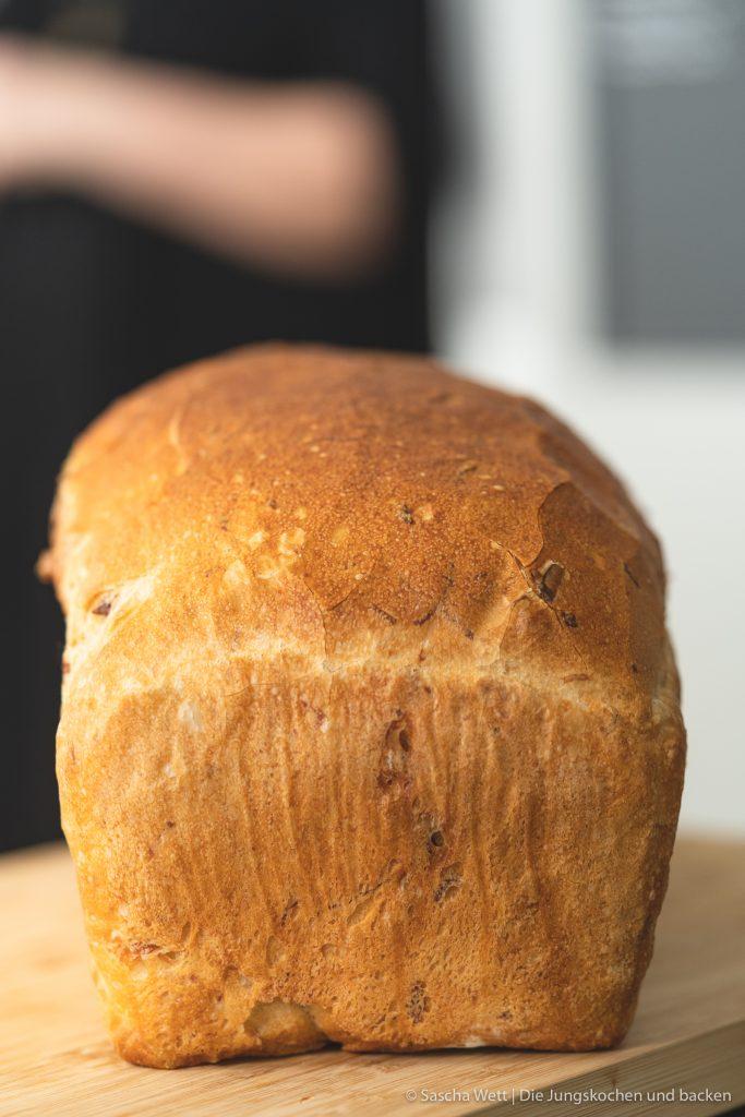 Sauerkraut Dinkelbrot Speck 2 | Letztes Wochenende hatten wir liebe Gäste bei uns zu Hause, mit denen wir gemeinsam gekocht und gebacken haben. Was wir eigentlich immer machen, wenn Besuch ansteht, ist irgendwas Leckeres vorzubereiten. Dann kann man direkt schonmal ein wenig futtern und kommt in die richtige Stimmung. Das war dieses Mal nicht anders und womit ihr als Appetizer nie falsch liegt, ist ein saftiges und fluffiges hausgemachtes Brot. Dazu gute Butter und 1-2 leckere Aufstriche, wie z.B. unser Hummus, und es kann nichts mehr schief gehen. Unser Sauerkraut - Dinkelbrot mit Speck hat unsere Gäste mehr als begeistert und auch ihr wart nach dem Bild in unserer Instastory ganz verrückt nach dem Rezept.