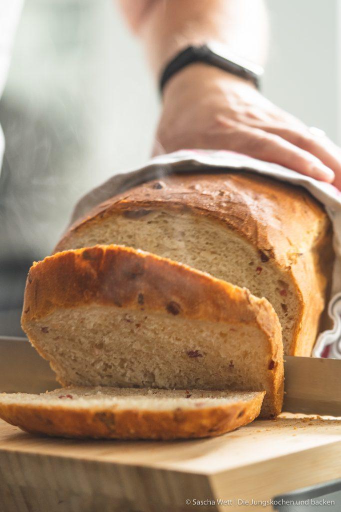 Sauerkraut Dinkelbrot Speck 3 | Letztes Wochenende hatten wir liebe Gäste bei uns zu Hause, mit denen wir gemeinsam gekocht und gebacken haben. Was wir eigentlich immer machen, wenn Besuch ansteht, ist irgendwas Leckeres vorzubereiten. Dann kann man direkt schonmal ein wenig futtern und kommt in die richtige Stimmung. Das war dieses Mal nicht anders und womit ihr als Appetizer nie falsch liegt, ist ein saftiges und fluffiges hausgemachtes Brot. Dazu gute Butter und 1-2 leckere Aufstriche, wie z.B. unser Hummus, und es kann nichts mehr schief gehen. Unser Sauerkraut - Dinkelbrot mit Speck hat unsere Gäste mehr als begeistert und auch ihr wart nach dem Bild in unserer Instastory ganz verrückt nach dem Rezept.