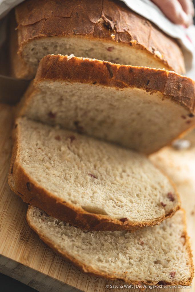 Sauerkraut Dinkelbrot Speck 4 | Letztes Wochenende hatten wir liebe Gäste bei uns zu Hause, mit denen wir gemeinsam gekocht und gebacken haben. Was wir eigentlich immer machen, wenn Besuch ansteht, ist irgendwas Leckeres vorzubereiten. Dann kann man direkt schonmal ein wenig futtern und kommt in die richtige Stimmung. Das war dieses Mal nicht anders und womit ihr als Appetizer nie falsch liegt, ist ein saftiges und fluffiges hausgemachtes Brot. Dazu gute Butter und 1-2 leckere Aufstriche, wie z.B. unser Hummus, und es kann nichts mehr schief gehen. Unser Sauerkraut - Dinkelbrot mit Speck hat unsere Gäste mehr als begeistert und auch ihr wart nach dem Bild in unserer Instastory ganz verrückt nach dem Rezept.