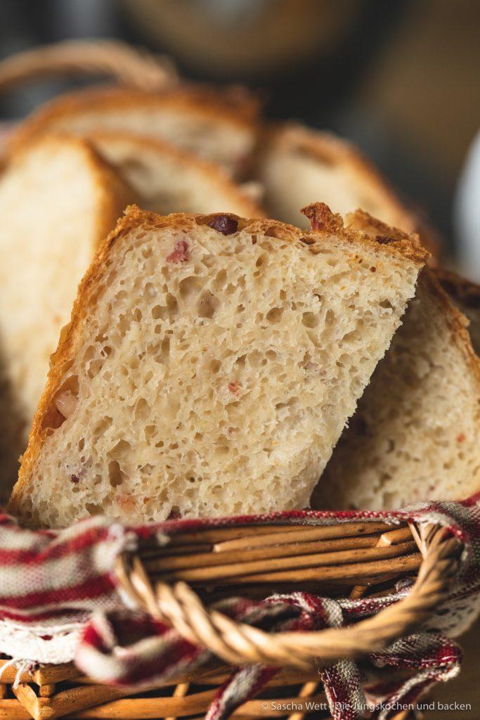 Sauerkraut Dinkelbrot Speck 9 | Letztes Wochenende hatten wir liebe Gäste bei uns zu Hause, mit denen wir gemeinsam gekocht und gebacken haben. Was wir eigentlich immer machen, wenn Besuch ansteht, ist irgendwas Leckeres vorzubereiten. Dann kann man direkt schonmal ein wenig futtern und kommt in die richtige Stimmung. Das war dieses Mal nicht anders und womit ihr als Appetizer nie falsch liegt, ist ein saftiges und fluffiges hausgemachtes Brot. Dazu gute Butter und 1-2 leckere Aufstriche, wie z.B. unser Hummus, und es kann nichts mehr schief gehen. Unser Sauerkraut - Dinkelbrot mit Speck hat unsere Gäste mehr als begeistert und auch ihr wart nach dem Bild in unserer Instastory ganz verrückt nach dem Rezept.